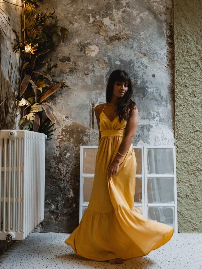 Robe jaune effet soie , maxi décolté.